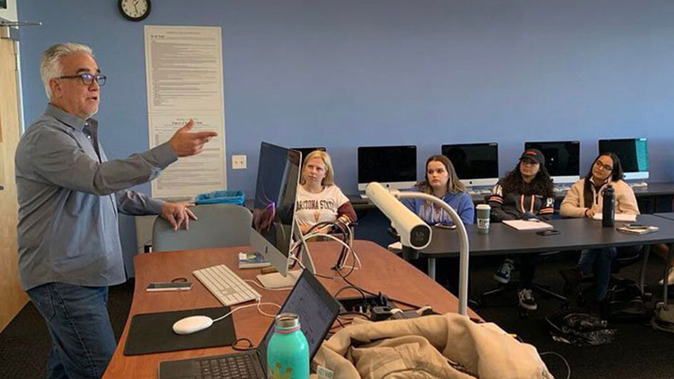 Pedro Gomez speaks to a journalism class at the Cronkite School